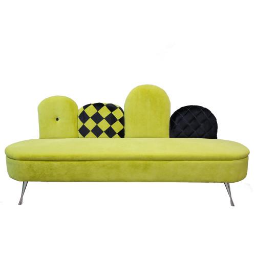 Sofa tapicerowana welurem.