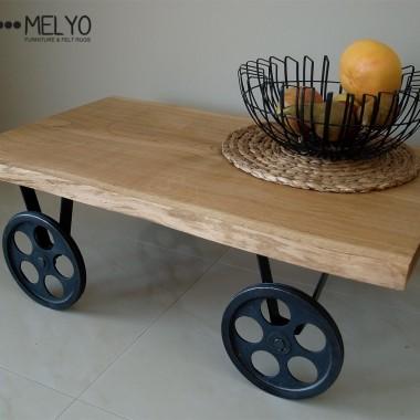 Stolik kawowy zachwyca połączeniem dębowego drewna i stali