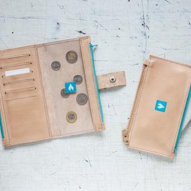 Skórzany duży portfel w kolorze jasnego brązu z turkusowym wykończeniem