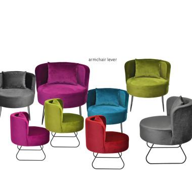 Oryginalny fotel na metalowych płozach, inspirowany formą kubełkową foteli z przełomu lat 60/70-tych