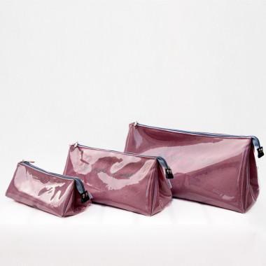 Rewelacyjnie praktyczna, personalizowana i zarazem przepiękna różowa kosmetyczka dla estetki.