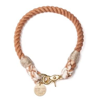 Ręcznie wykonana obroża Brown Gold classic jest dopasowana do obwodu szyi psa.