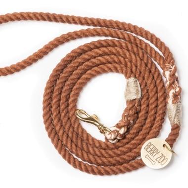 Ręcznie wykonana smycz Brown Gold classic XS jest klasyczną formą smyczy stworzoną specjalnie z myślą o najmniejszych psach.