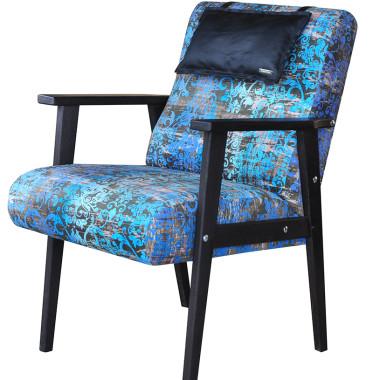 Wygodny fotel tapicerowany tkaniną welurową wzór stary ornament