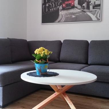 Funkcjonalny i o niepowtarzalnym kształcie stolik kawowy z okrągłym blatem.