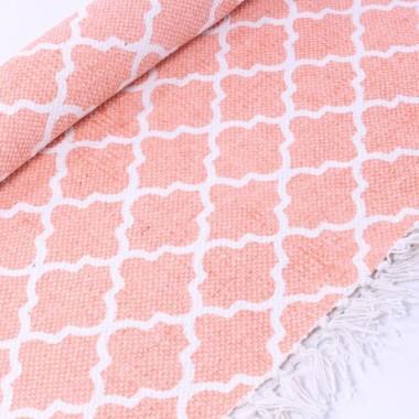 Dywan w marokańskie koniczynki w kolorze różowo-brzoskwiniowo-białym. Z frędzlami.
