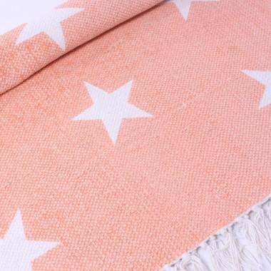 Dywan z gwiazdkami w kolorze różowo-morelowym. Z frędzlami.