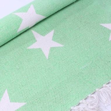 Dywan z gwiazdkami w kolorze neonowo zielonym. Z frędzlami.