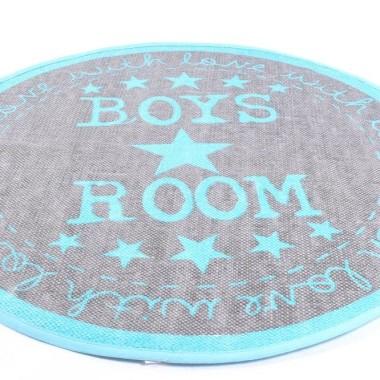 Dywan w kształcie koła z napisem Boys's Room. W kolorze szarym z napisami w kolorze niebieskim. Udekoruje dziecięcy pokój.