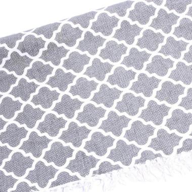 Dywan z wzorem w marokańskie koniczynki. W kolorze szarym. Z frędzlami.