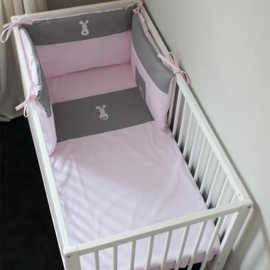 Poszewka na kołderkę i poduszkę oraz ochraniacz na boki łóżeczka. Pościel utrzymana w modnej kolorystyce pudrowego różu z nadrukiem w cieniutkie paseczki łączonego z szarością.