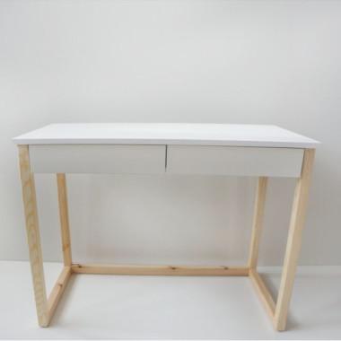 Białe biurko z drewna sosnowego w stylu skandynawskim