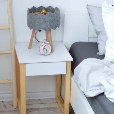 Szafka nocna do sypialni w kolorze białym. Drewniane sosnowe nogi.
