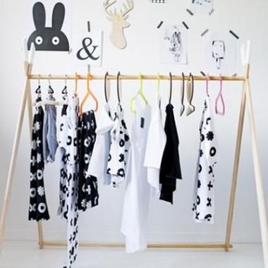 Kreatywna garderoba, która może posłużyć zarówno jako skrytka na ubrania jak i zabawka w postaci namiotu.