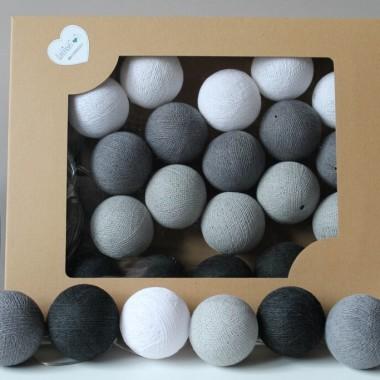 Cotton Balls. Zestaw światełek zamkniętych w uroczych kulach w kolorze czarnym, białym, stone oraz mid grey.