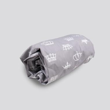 Prześcieradło z gumką do łóżeczka dziecięcego -szare w korony, wykonane z najwyższej jakości tkaniny