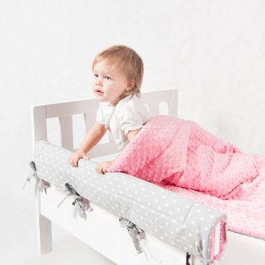 Dwustronny ochraniacz do łóżeczka. Uszyty z połączenia cudownego minky i wzorzystej bawełny.Szaro-różowy w serduszka.