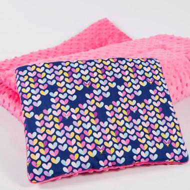 Płaska podusia do wózka, uszyta z połączenia mięciutkiego, przytulaśnego minky oraz doskonałej jakości wzorzystej bawełny. Różowa.