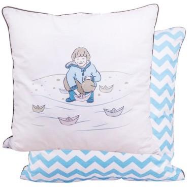 Poszewka na jaśka dwustronna - z jednej strony piękny wzór chłopca z łódką, z drugiej niebieskie zygzaki.POSZEWKI DEKORACYJNE - CHŁOPIEC Z ŁÓDKĄ