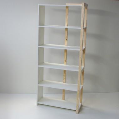 Biało-drewniany regał na książki z drewna sosnowego w stylu skandynawskim