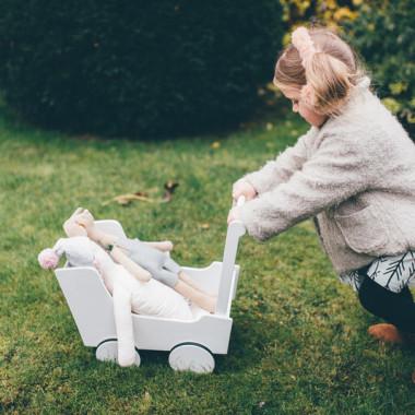 Drewniany wózek dla lalek jak i wszystkich innych pluszowych przyjaciół.