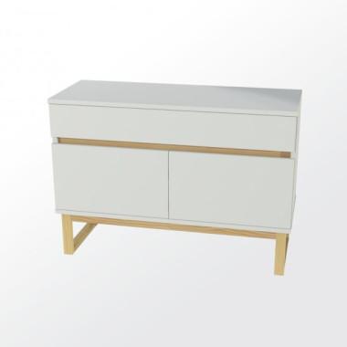 Biała komoda z drewnianymi nogami w stylu skandynawskim