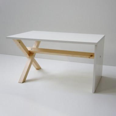 Stolik kawowy o prostej, minimalistycznej konstrukcji. Nowoczesny wygląd, kolor biały, podstawa drewniana.