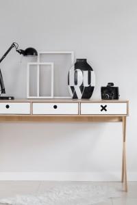 Białe designerskie biurko z kolekcji kółko i krzyżyk-idealne do pokoju dziecka, nastolatka czy domowegou biura.
