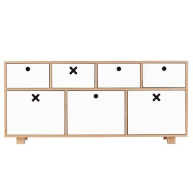 Biała, niska, pojemna komoda do pokoju dziecka, sypialni, salonu lub gabinetu.