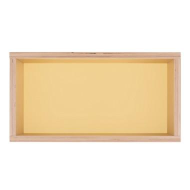 Półka obrazek z żółtym tłem.