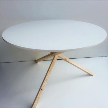 Biały stół do jadalni Triple 115 bazujący na wzorze stolika kawowego o tej samej nazwie. Nietypowy drewniany stelaż.