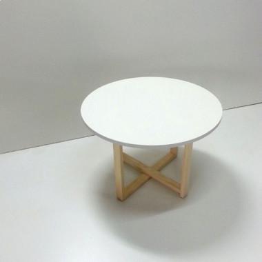Stolik kawowy CROSSDES 68 z białym okrągłym blatem i drewnianymi nogami
