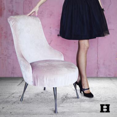 Elegancki fotel tapicerowany.Wygodny i miękki, idealny do salonu lub kawiarni.