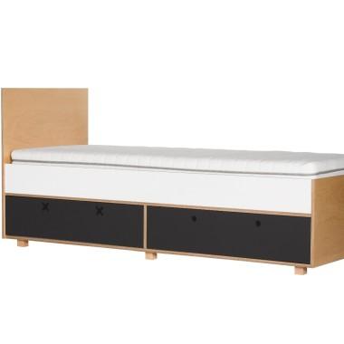 Czarno-białe łóżko z szufladami.