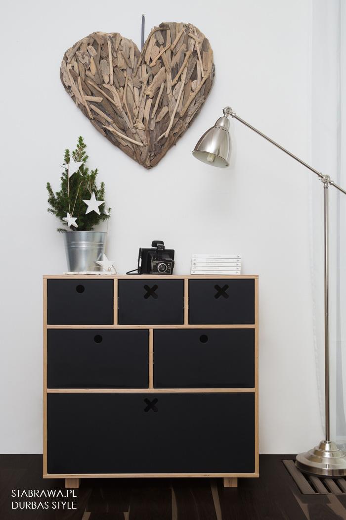 Czarna duża  komoda  z naturalnego drena do pokoju dziecięcego lub sypialni z kolekcji kółko i krzyżyk