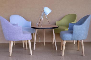 Oryginalny fotel z podłokietnikami  inspirowany wzornictwem lat 60-tych