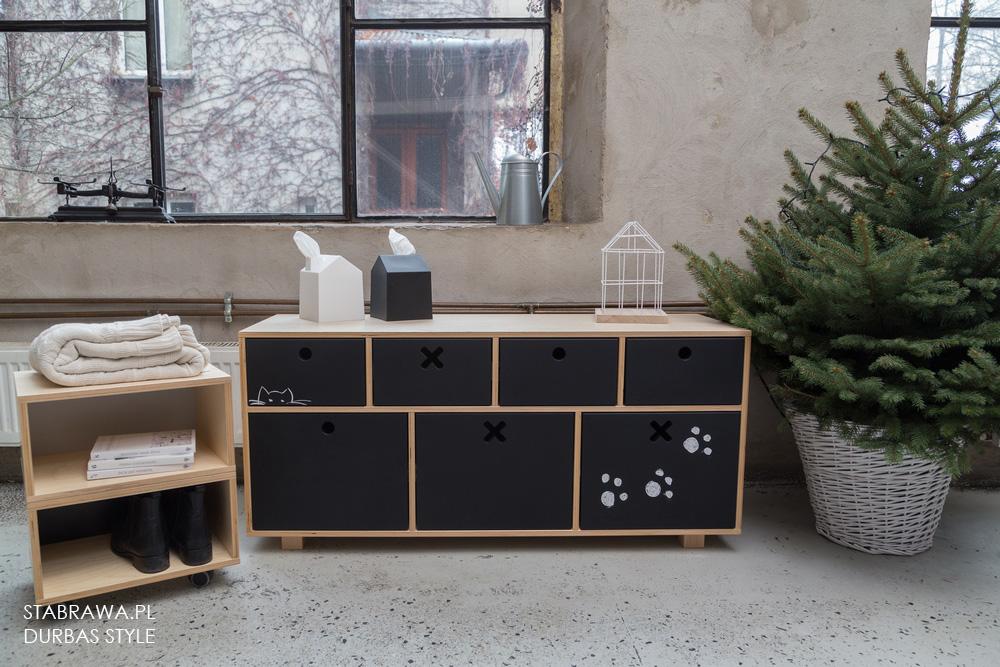 Czarna nowoczesna  niska  komoda  z naturalnego drena do pokoju dziecięcego lub sypialni z kolekcji kółko i krzyżyk