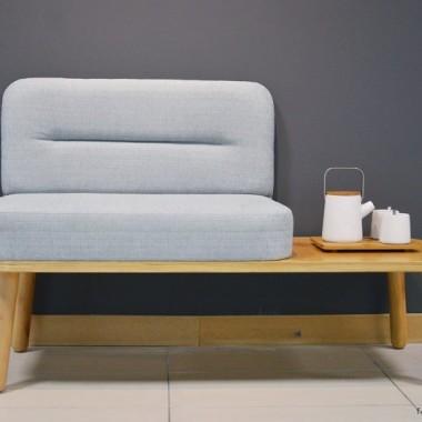Siedzisko ze stolikiem. Minimalistyczne, wygodne i funkcjonalne.