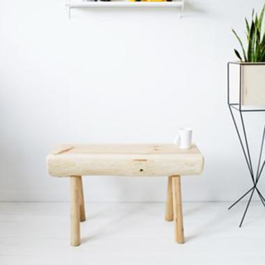 Ławka wykonana z naturalnego drewna w skandynawski stylu