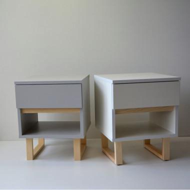 Szafeczka nocna z szufladą i półką. Szara lub biała w stylu skandynawskim, drewniane nogi.