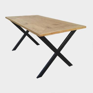 Prosta forma stolika łączy w sobie minimalistyczny styl skandynawski z surowością industrialnych wnętrz.