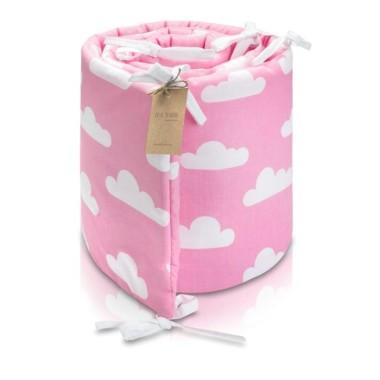 Piękny ochraniacz w białe chmurki na cukierkowo różowym tle,