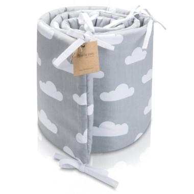 Piękny ochraniacz w białe chmurki na srebrnym tle, zawiązywany za pomocą subtelnych białych troczków