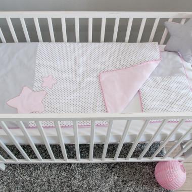 Kołderka i poduszka z wszytym na stałe wypełnieniem, uszyte z certyfikowanej bawełny i puszystej antyalergicznej włókniny silikonowej. Motyw gwiazdek w kolorze pudrowego różu.