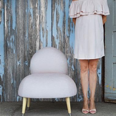 Zabawny fotel z metalowymi skarpetkami. Wygodny i miękki , idealna do butiku , salonu lub sypialni .