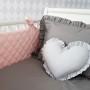 Delikatny ochraniacz w kolorze różowym wykonany ze 100% pikowanej bawełny.