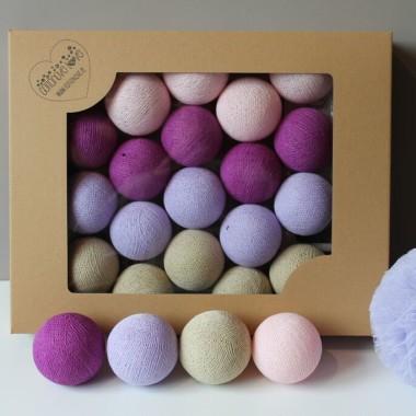 Dziewczęcy , idealnie skomponowany zestaw z mocnym akcentem. Aranżacja składa się z kul w kolorach: light pink, magenta, lavender, beige.
