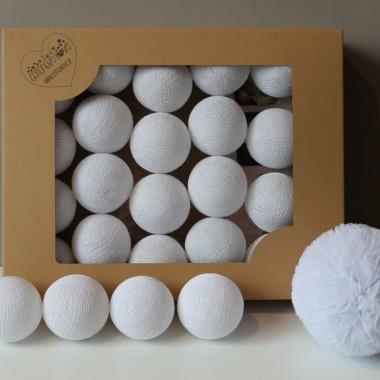 Biel w najczystszej odsłonie. Śnieżnobiałe kule idealnie sprawdzą się w każdym wnętrzu.
