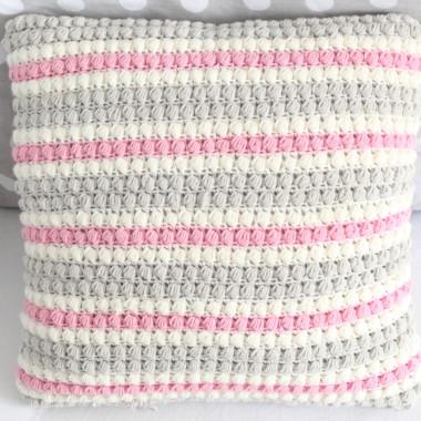 Miękka poduszka wykonana na szydełku.