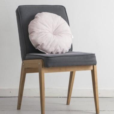Poduszka okrągła wykonana z 100 % bawełny . Kolor różowy w drobne białe listki.